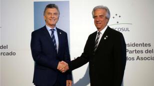 El presidente de Uruguay, Tabaré Vázquez como anfitrión del evento recibe a su homólogo argentino, Mauricio Macri en la LIII Reunión del Consejo del Mercado Común del Sur, Mercosur. Montevideo, Uruguay, 18 de diciembre de 2018.