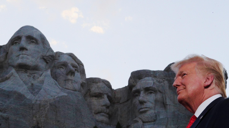 El presidente estadounidense, Donald Trump, frente al Monte Rushmore en las celebraciones previas al Día de la Independencia de los Estados Unidos, en Dakota del Sur, el 3 de julio de 2020.