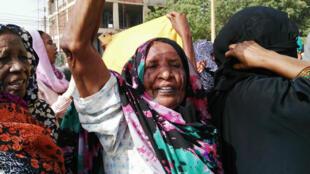 Une femme scandant des slogans contre la présidence el-Béchir, lors d'une manifestation à Khartoum, le 11 avril 2019.