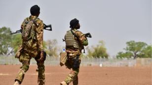 Des soldatss'entraînent dans un camp militaire près de Ouagadougou au Burkina Faso, lors d'un exercice militaire antiterroriste avec des instructeurs de l'armée américaine, le 12avril2018.