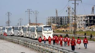 Les civils évacués de localités assiégées ont repris la route vendredi vers leur destination finale après un retard de 48 heures.