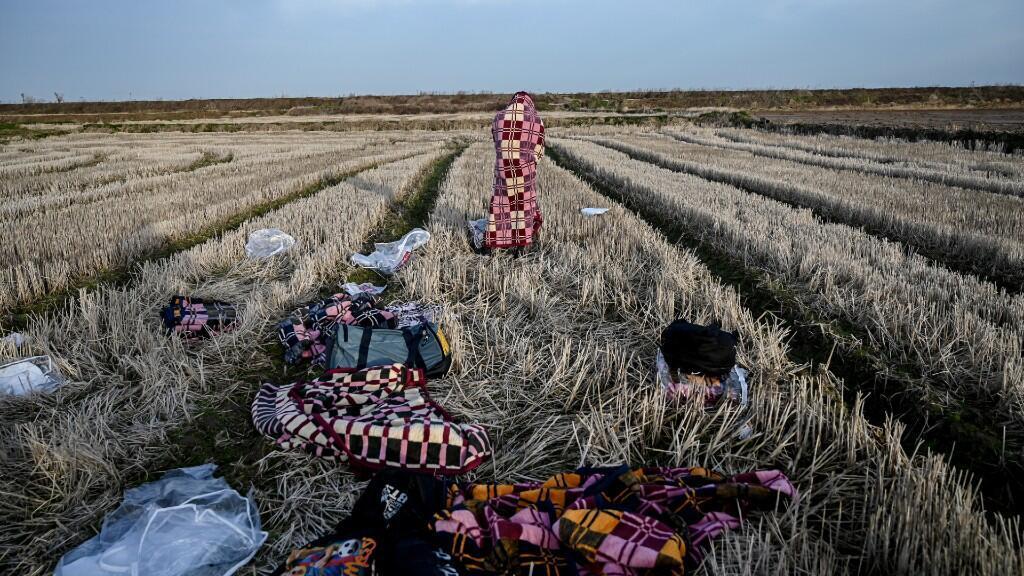Migrantes se reúnen en el cruce fronterizo de Pazarkule de Turquía con las Kastanies de Grecia, en Edirne, Turquía, el 29 de febrero de 2020.