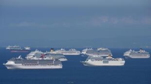 Barcos de crucero en la Bahía de Manila esperando el permiso para desembarcar, el 31 de mayo de 2020