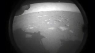 إحدى أول صورتين أرسلها الروبوت الجوال برسفيرنس لدى هبوطه على سطح المريخ في 19 شباط/فبراير 2021.