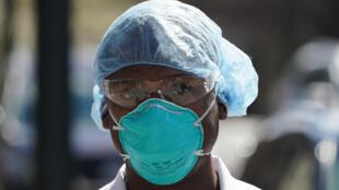 Esta imagen de archivo, tomada el 1 de abril de 2020, muestra a un integrante del equipo médico del Montefiore Medical Center, en Nueva York, con una mascarilla sanitaria fabricada por 3M