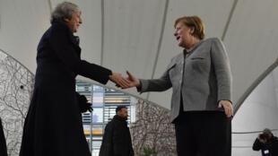 Poignée de main entre Theresa May et Angela Merkel, le 11 décembre à Berlin.