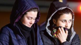 Les deux ex-otages italiennes, vendredi matin, à l'aéroport militaire de Ciampino.