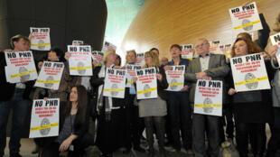 Des membres du Parlement européen protestent contre le registre européen des données des passagers aériens (PNR), le 19 avril 2012.