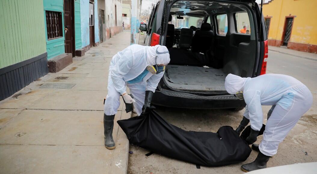 Trabajadores de un crematorio recogen el cuerpo de un fallecido por Covid-19, en Lima, Perú, el 9 de junio de 2020.