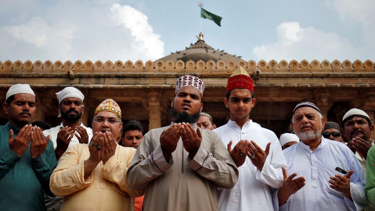 Los musulmanes rezan por la paz antes del veredicto en un sitio religioso en disputa en Ayodhya, dentro de las instalaciones de una mezquita en Ahmedabad, India, el 8 de noviembre de 2019.