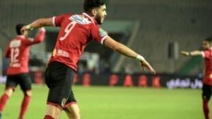 المغربي وليد أزارو مهاجم النادي الأهلي يحتفل بتسجيله هدفا في مرمى الزمالك