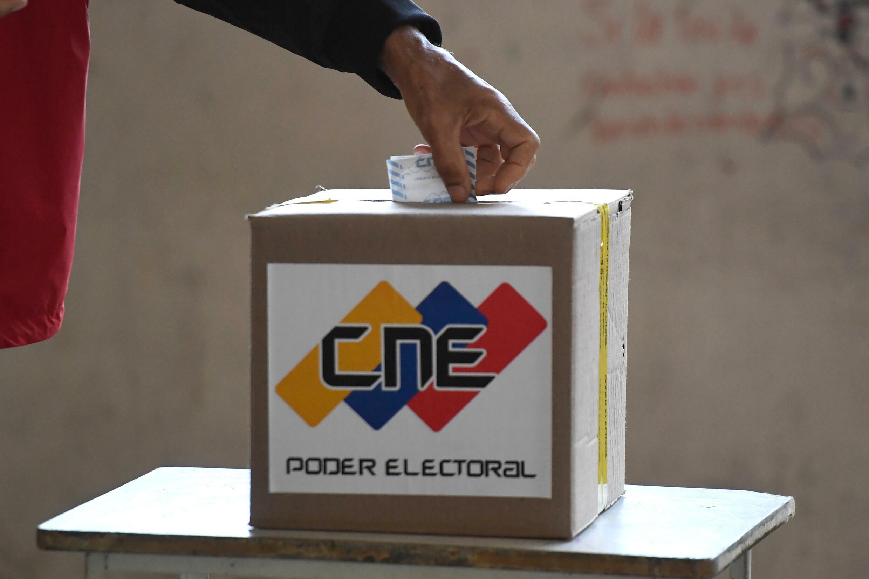 Un elector vota en las elecciones parlamentarias de Venezuela, el 6 de diciembre en un centro electoral en Caracas