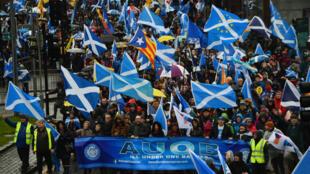 Des dizaines de milliers d'Écossais ont manifesté pour exiger la mise en place d'un nouveau référendum sur l'indépendance, le 11 janvier à Glasgow.