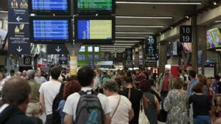 Des voyageurs à la gare Montparnasse, le 31 juillet 2017.