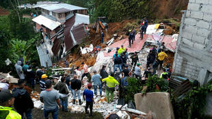Labores de rescate en medio de las viviendas destruidas el 11 de octubre de 2018, luego de un deslizamiento generado por un fuerte aguacero en el municipio de Marquetalia, Caldas (Colombia)