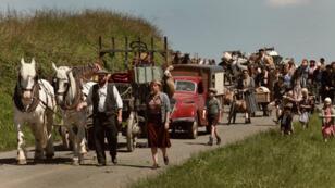 """Les habitants du village de Lebucquière poussés sur les routes dans le film """"En mai, fais ce qu'il te plaît"""""""