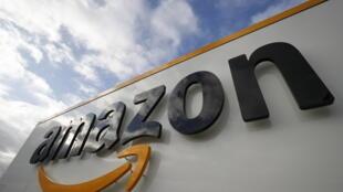 Foto de archivo tomada el 28 de noviembre de 2019 muestra el logotipo de Amazon en uno de los centros de la compañía en Bretigny-sur-Orge, Essonne, Francia.
