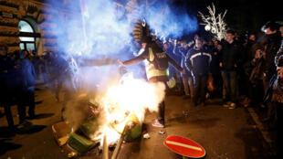 Manifestantes quemaron una caneca de basura frente al Parlamento en Budapest, Hungría. 12 de diciembre de 2018.