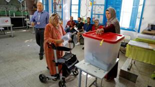 Una mujer asiste a un centro de votación en la Ciudad de Túnez durante las elecciones legislativas, el 6 de octubre de 2019.