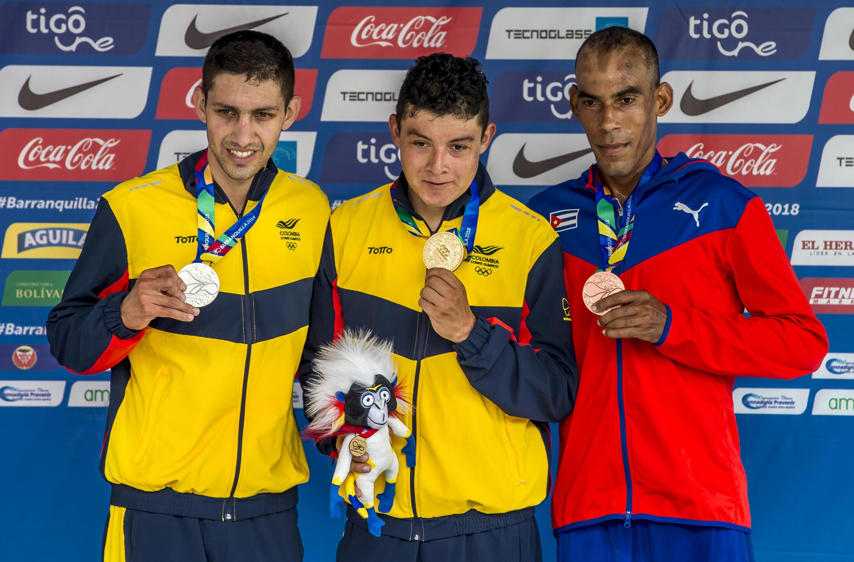 De izquierda a derecha Walter Vargas de Colombia, Rodrigo Contreras Pinzón de Colombia y Pedro Portuondo de Cuba, en el podio durante la competición de ciclismo en la categoría contrarreloj.
