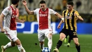 المهاجم الصربي لأياكس أمستردام الهولندي دوشان تاديتش (وسط) كان له الفضل في تأهل فريقه إلى ثمن دوري أبطال أوروبا، أثينا 27 ت2/نوفمبر 2018