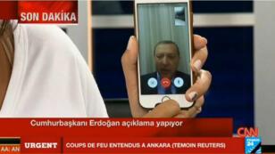 L'image surréaliste du président Erdogan s'adressant aux Turcs via un appel Face Time.
