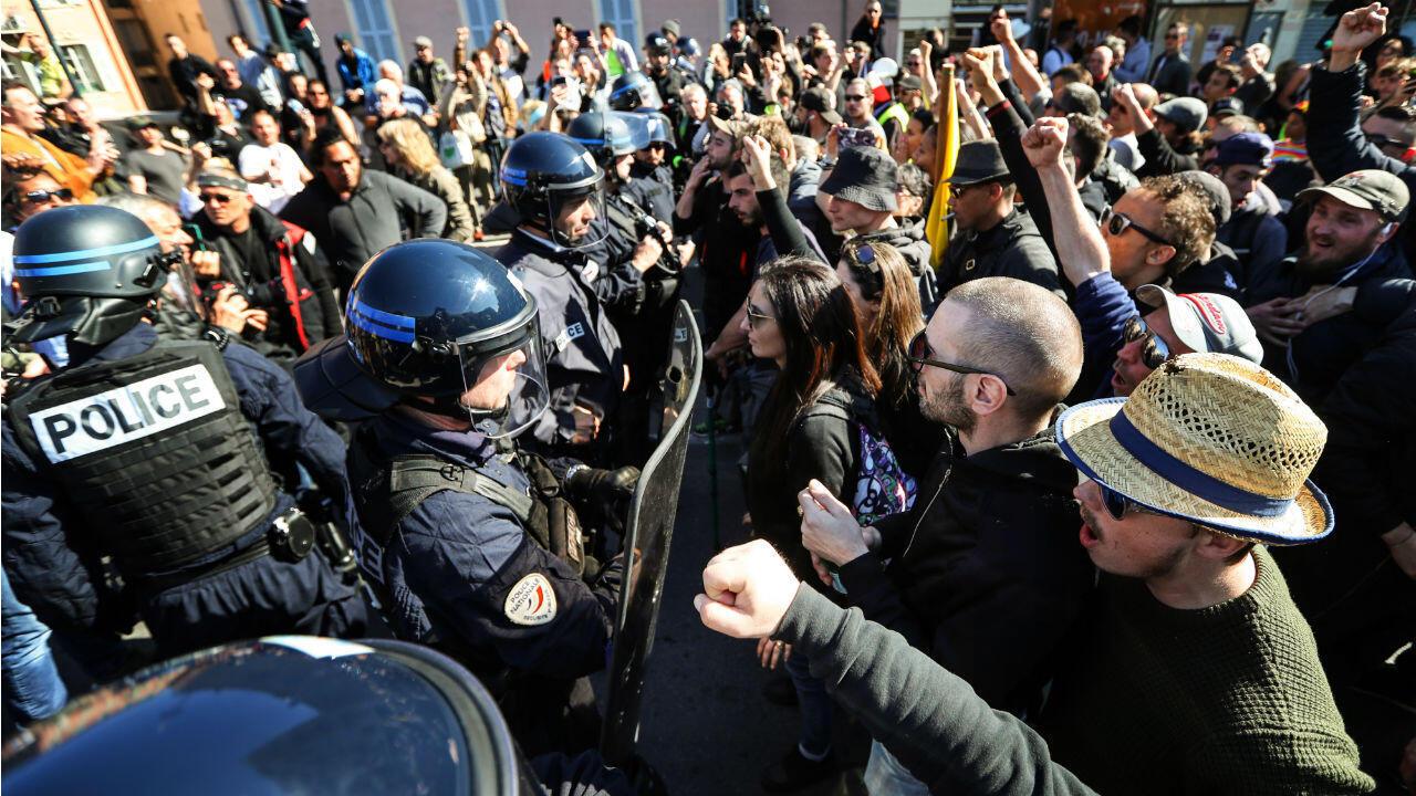 Des manifestants font face à la police à Nice le 23 mars.