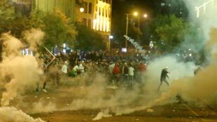 Des gaz lacrymogènes s'échappent lors des manifestations anti-gouvernementales à Beyrouth au Liban, le 15 décembre 2019.