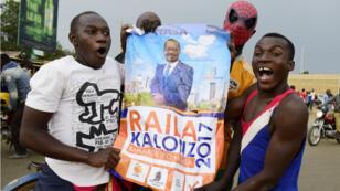 Des supporters de Raila Odinga brandissent un portrait de leur candidat, à Kisumu, le 10 août 2017.