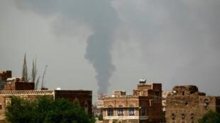 تصاعد الدخان جراء غارة جوية على صنعاء في 9 آب/أغسطس 2016