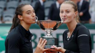 Kristina Mladenovic et Caroline Garcia, après leur succès à Roland-Garros en 2016.