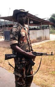 Un casque blanc nigérian en 1997, sur la route de l'aéroport de Monrovia, au Libéria.