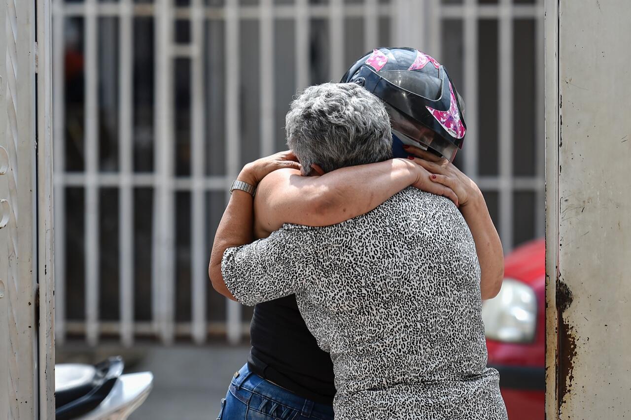 Trabajadores municipales introducen en una fosa un féretro desinfectado en el panteón de San Isidro, en el municipio de Ecatepec, México. 2 de julio de 2020.