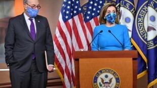 رئيسة مجلس النواب نانسي بيلوسي وزعيم الأقلية الديموقراطية في مجلس الشيوخ تشاك شومر خلال مؤتمر صحافي في مقر الكونغرس في واشنطن بتاريخ 6 تشرين الثاني/نوفمبر 2020