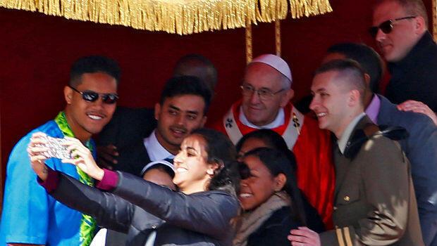 El papa Francisco junto a un grupo de jóvenes mientras se tomaban una 'selfie' en el Vaticano el 25 de marzo de 2018.