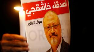 Un manifestante sostiene un cartel con una foto del periodista saudita Jamal Khashoggi en el exterior del consulado de Arabia Saudita en Estambul, Turquía, el 25 de octubre de 2018.