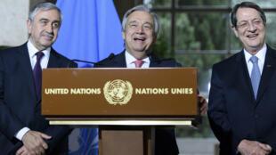 Antonio Guterres, le nouveau secrétaire général de l'ONU, entre le président chypriote grec Nicos Anastasiades (d) et le dirigeant chypriote turc Mustafa Akinci (g).