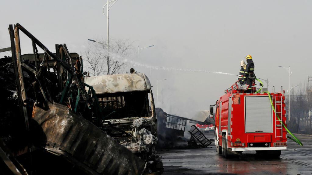 Los equipos de bomberos acudieron al sitio del siniestro para controlar la situación e iniciar las labores de investigación sobre el accidente