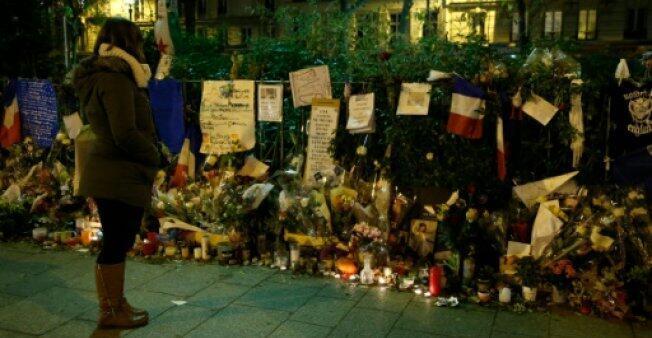 زهور ورسائل تكريمية لضحايا اعتداء وقع قرب مسرح باتاكلان باريس في 31 كانون الأول/ديسمبر 2015