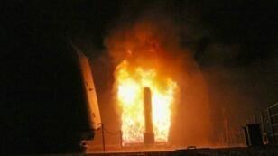 صورة نشرتها وزارة الدفاع الأمريكية لإطلاق حاملة الطائرات يو إس إس مونتيريه صاروخ كروز في 14 نيسان/أبريل 2018.