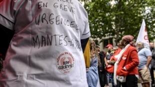 Des membres des services d'urgence des hôpitaux publics manifestaient devant le ministère de la Santé, à Paris, le 11 juin 2019.