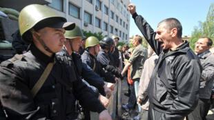 Des séparatistes pro-russes font face aux forces de l'ordre à Marioupol, dans l'Est