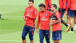 Neymar entouré de Thiago Silva (à gauche) et Dani Alves, durant un entraînement au Camp des Loges le 11 août 2017.