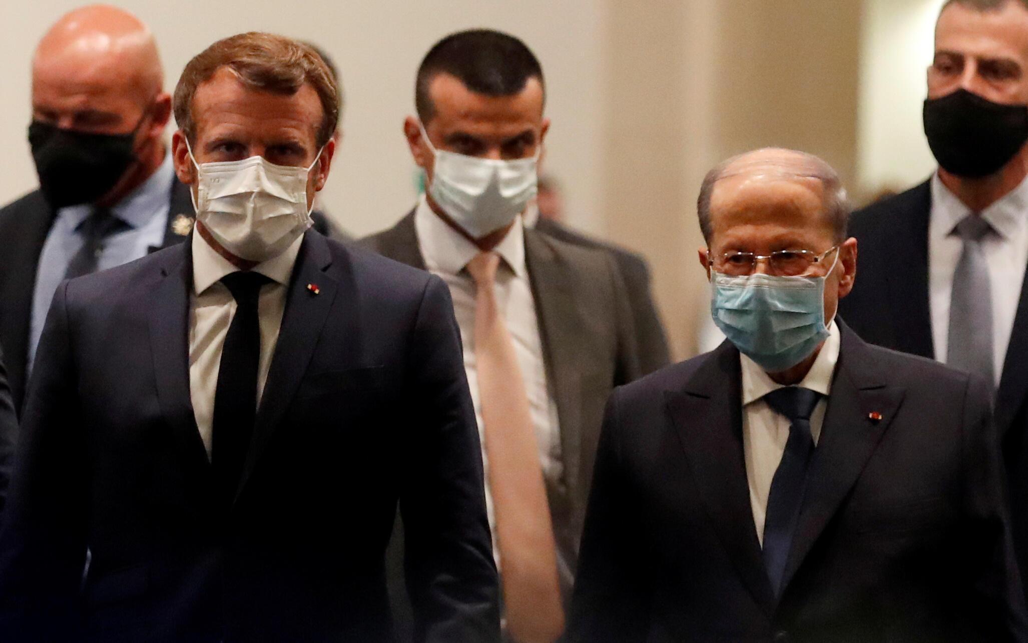 Le président français Emmanuel Macron et son homologue libanais, Michel Aoun, à l'aéroport international de Beyrouth, le 31 août 2020.