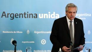 Archivo: El presidente argentino, Alberto Fernández, llega a una conferencia de prensa en la residencia Olivos, al norte de Buenos Aires, el 23 de mayo de 2020.