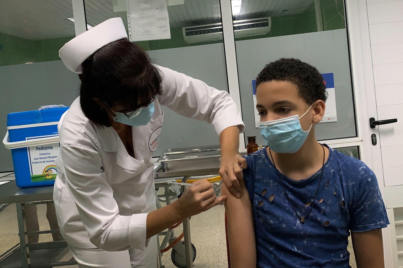 Brian Alejandro Gascón, de 13 años, es inoculado con la vacuna cubana contra el covid-19 Soberana Plus en el hospital Juan Manuel Márquez de La Habana, el 24 de agosto de 2021