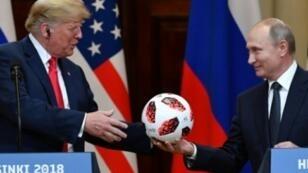 بوتين يهدي ترامب كرة قدم في المؤتمر الصحفي في هلسنكي