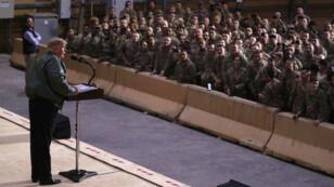 El presidente estadounidense Donald Trump brinda un discurso ante las tropas de Estados Unidos en la base aérea de Al Asad, el 26 de diciembre de 2018.