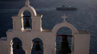 عبارة تبحر بالقرب من جزيرة سانتوريني باليونان في 6 مايو / أيار 2020.