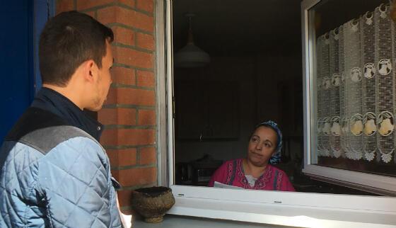 Paul Zilmia tente de convaincre une habitante du quartier de l'Alma, à Roubaix, d'aller voter Mélenchon.